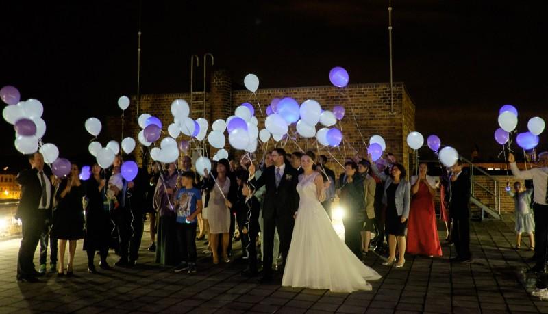 Ein echter Hingucker und die stilvolle Alternative zu Knicklichtern: Leuchtende Luftballons mit Helium (c) balloon-fantasy.de