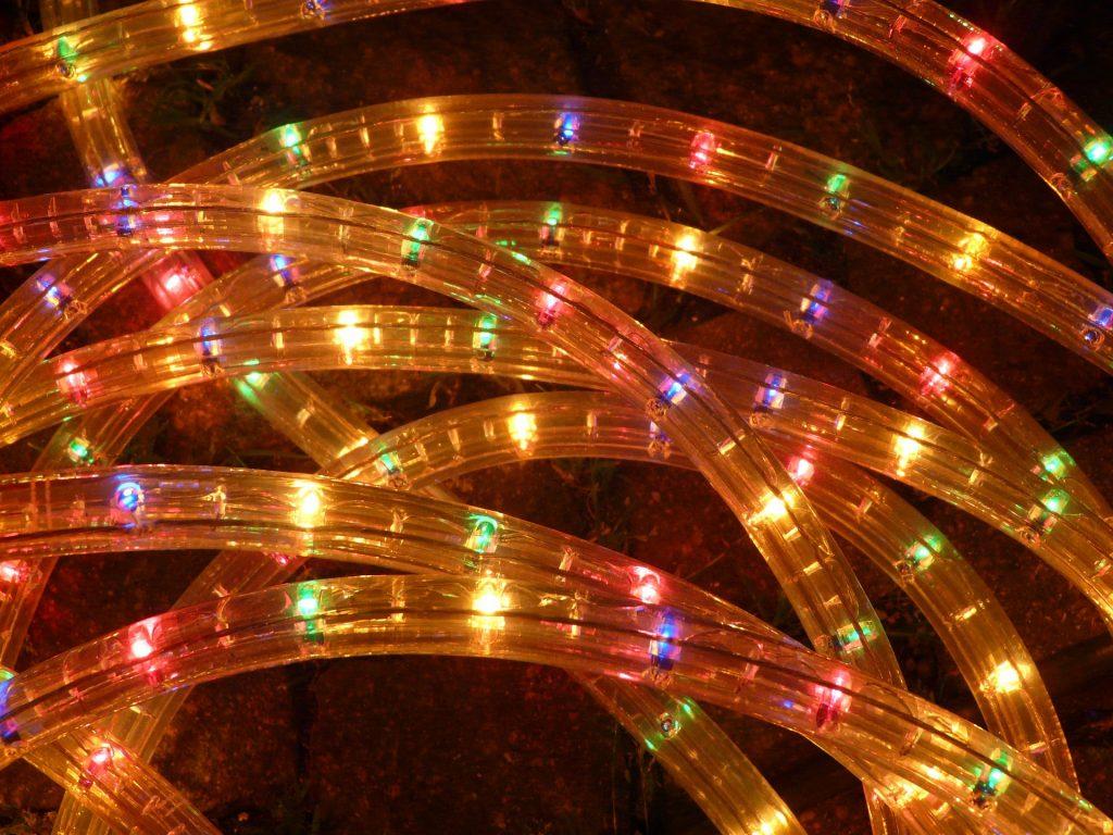 Praktisch und günstig - Lichterketten und LED-Schläuche dekorieren eure Tanzfläche