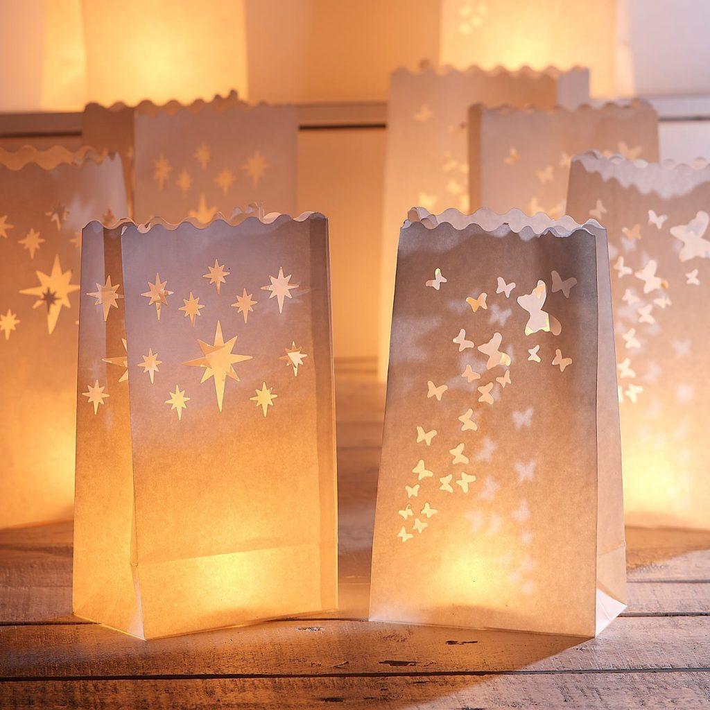 Windlichter mit (optional elektrischen) Kerzen und Papiertüten - eine praktische Alternative zu Knicklichtern und Wunderkerzen auf der Hochzeit