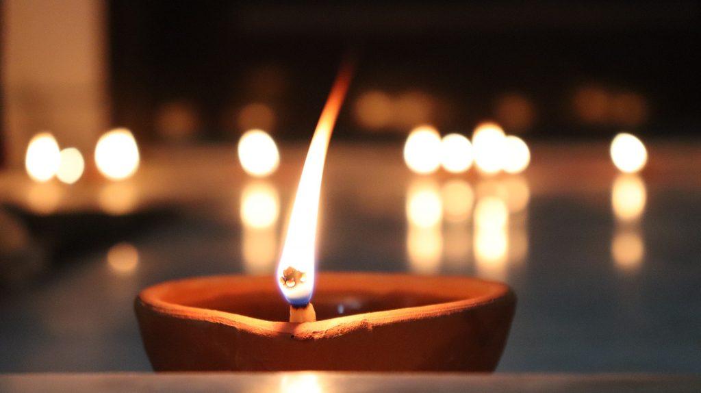 Flammenschalen oder Indoor-Fackeln als alternative Beleuchtung