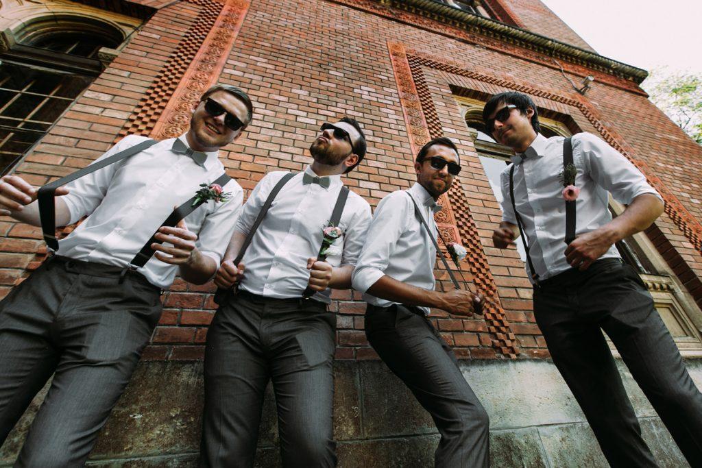 Die Freunde vom Bräutigam mit den bereitgestellten Sonnenbrillen für die Hochzeit