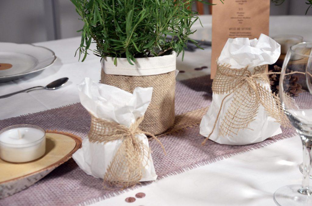 Tischdeko aus Lavendel und Jutebags für die Herbsthochzeit