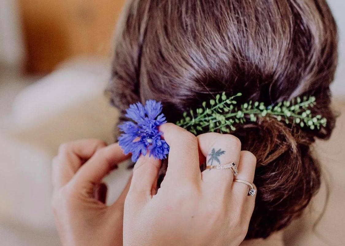 Brautfrisur in der Entstehung