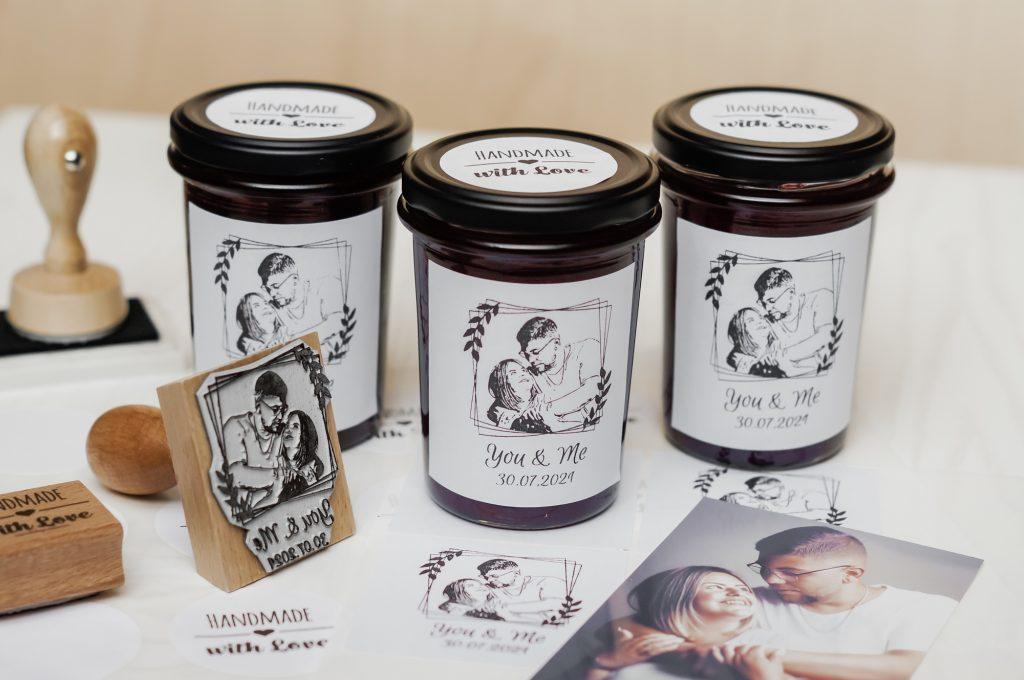 Marmeladegläser mit personalisiertem Fotostempel