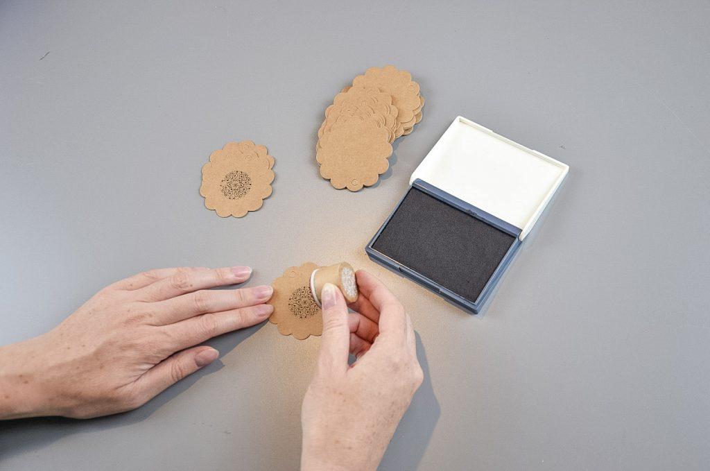 Kraftpapieranhänger werden gestempelt mit schwarzer Farbe