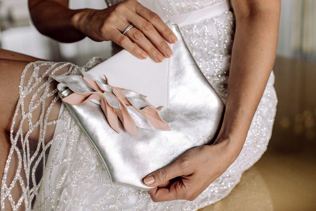 Brautasche aus Leder vor Braut