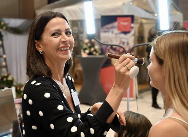 Make-up Artist Birgit Kergel beim Brautstyling während einer Messe