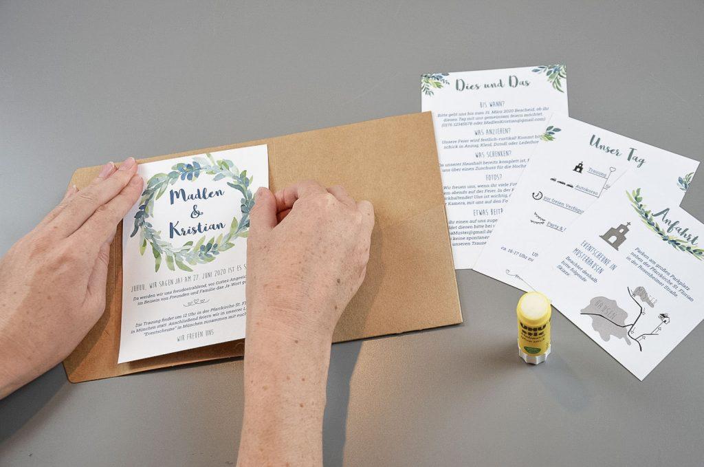 Aufkleben der Backing-Card auf die Mittelseite des Pocketfolds