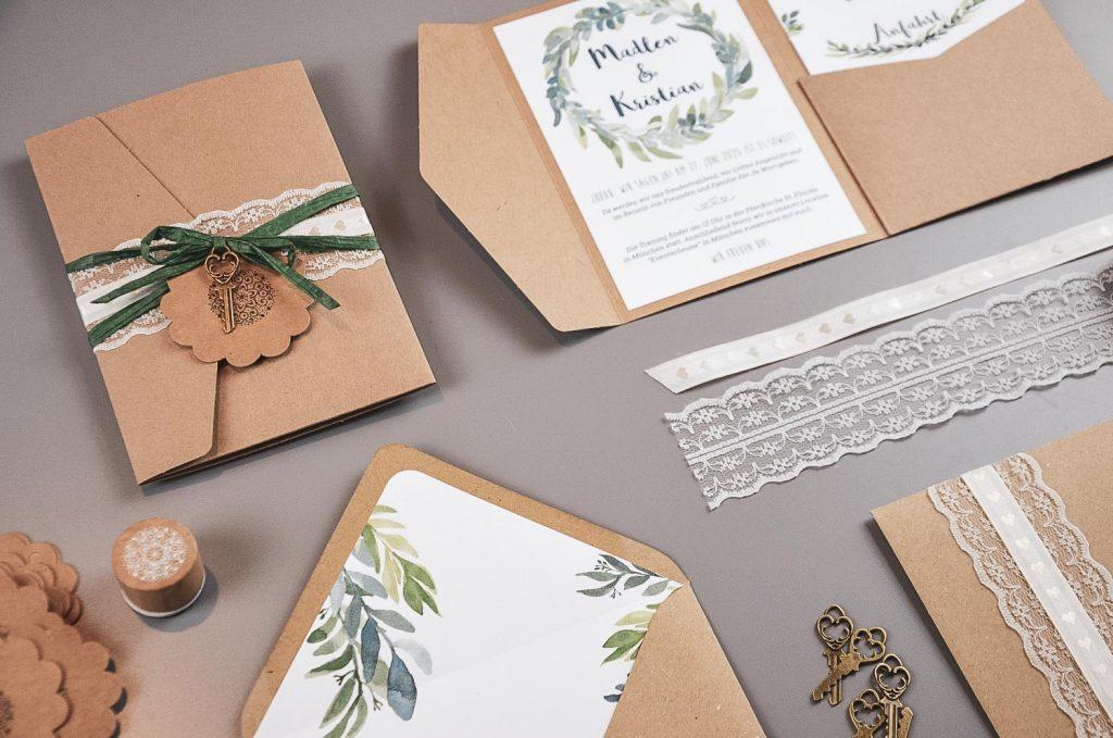 Einladung zur Hochzeit aus Kraftpapier mit Eukalyptus Design
