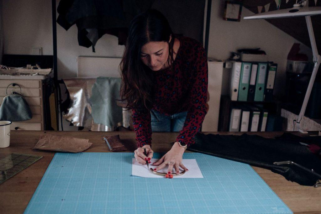 Taschendesignerin Sandra in ihrem Atelier