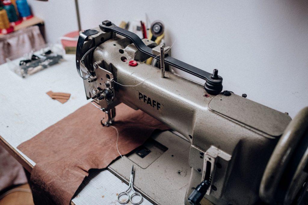 Nähmaschine mit Leder zum Taschennähen