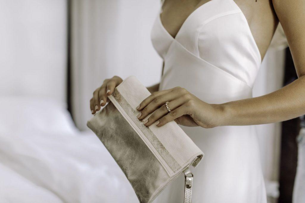 Brauttasche aus Leder in der Hand der Braut