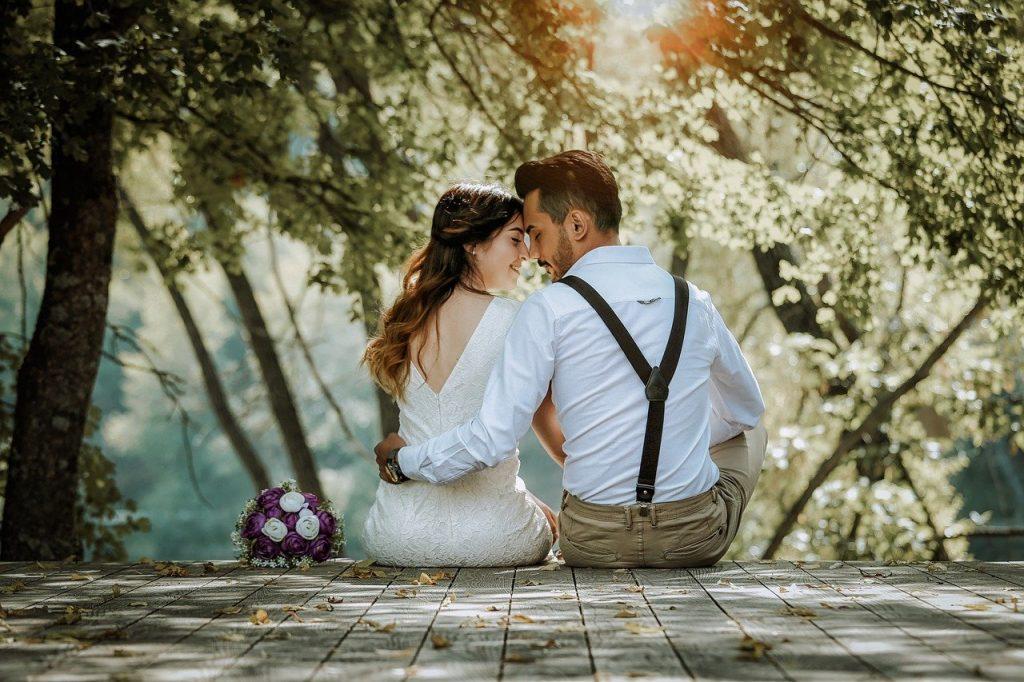 Glückliches Brautpaar am Seeufer nach der Namensänderung