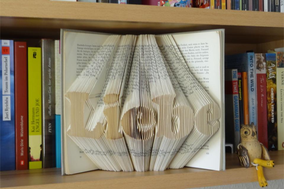Schriftzug Liebe in einem Buch falten