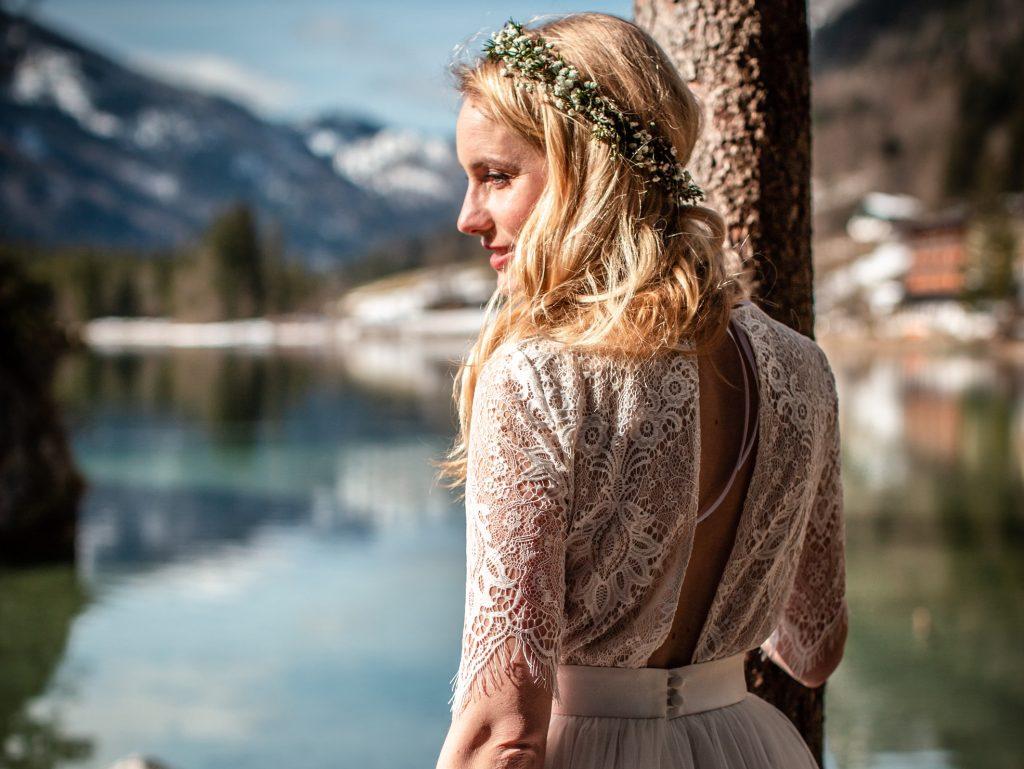 Model mit Blick auf See  im  Brautkleid von Trachten Brückner