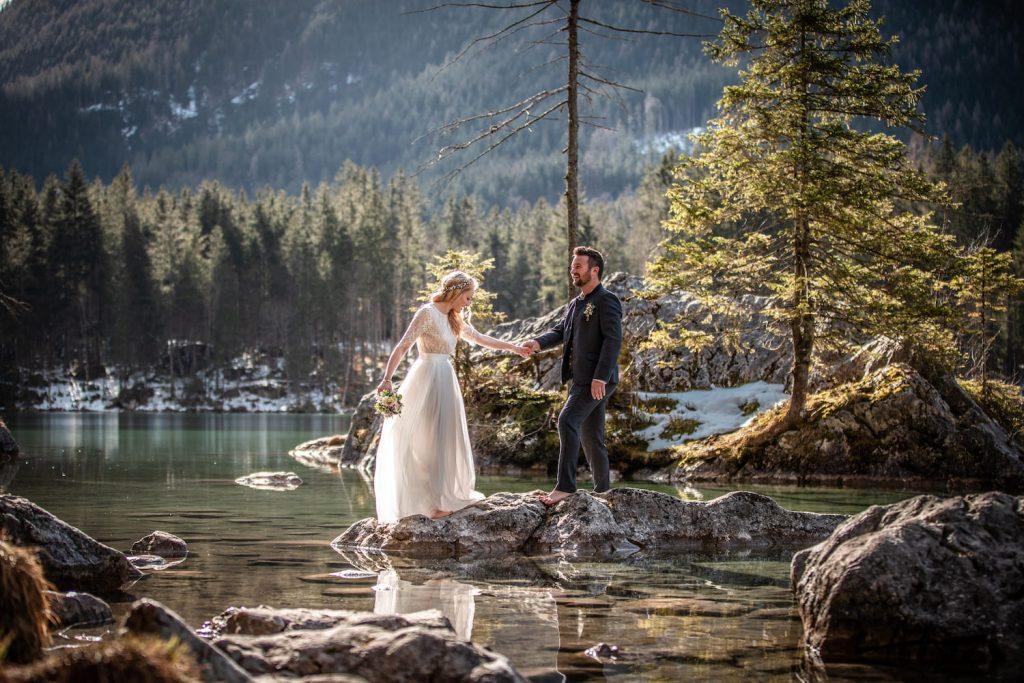 Paar auf einem See in Brautmode von Trachten Brückner