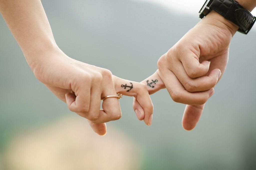 Hand in Hand nach der perfekten Verlobung