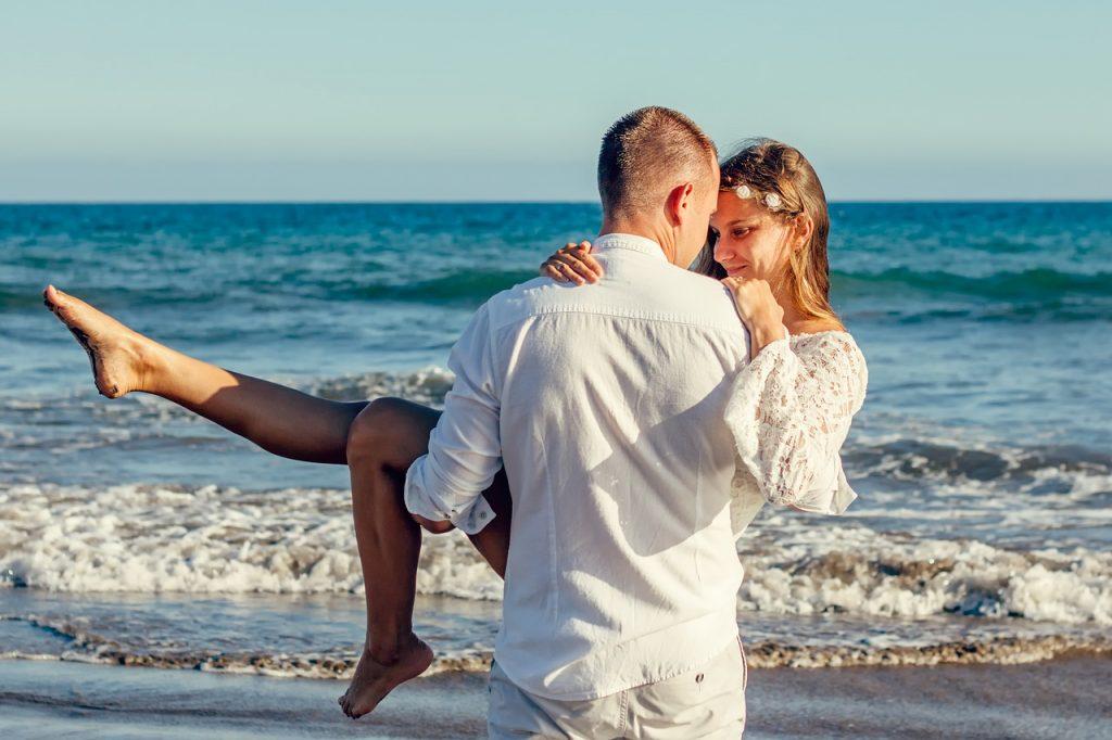 Pärchen gemeinsam am Strand nach der Verlobung