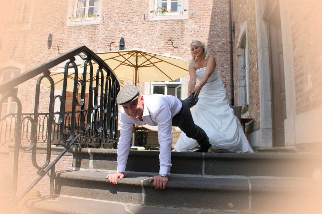 Braut und Bräutigam bei einem Hochzeitsspiel