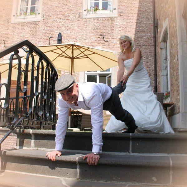 Brautpaar bei einem lustigen Hochzeitsspiel