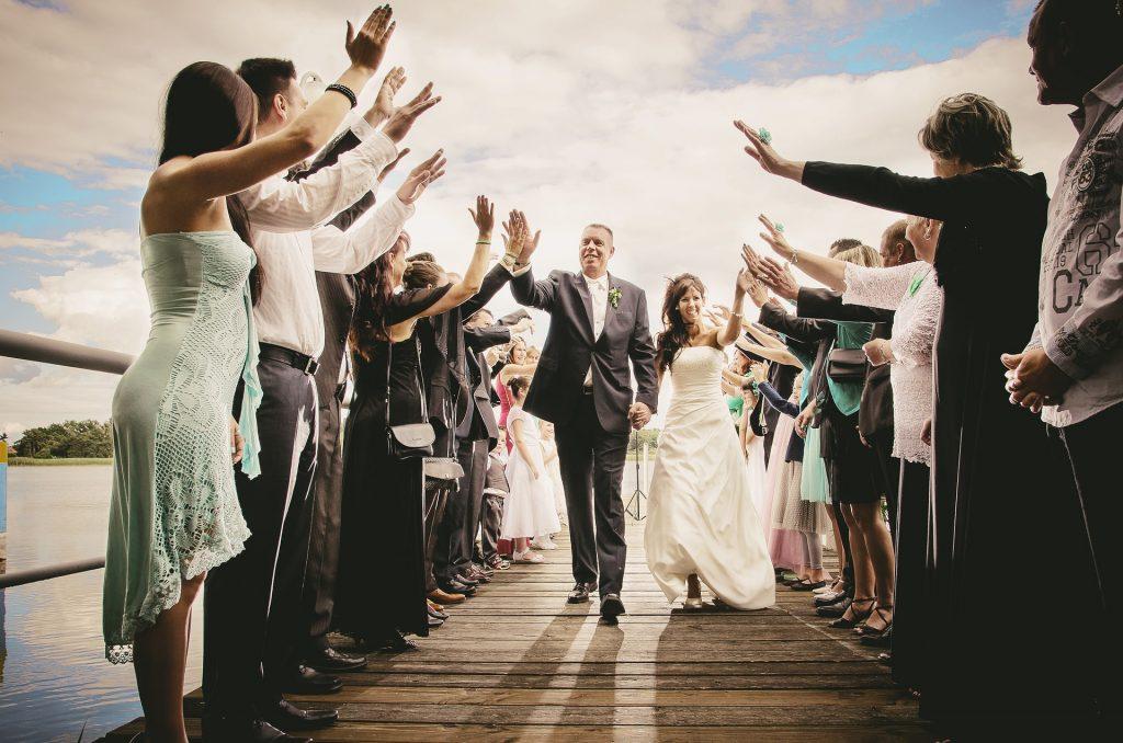 Hochzeitspaar und Gäste bei einem Hochzeitsspiel