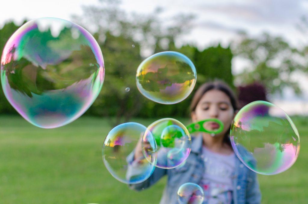 Seifenblasen als lustige Hochzeitsspiele für Kinder
