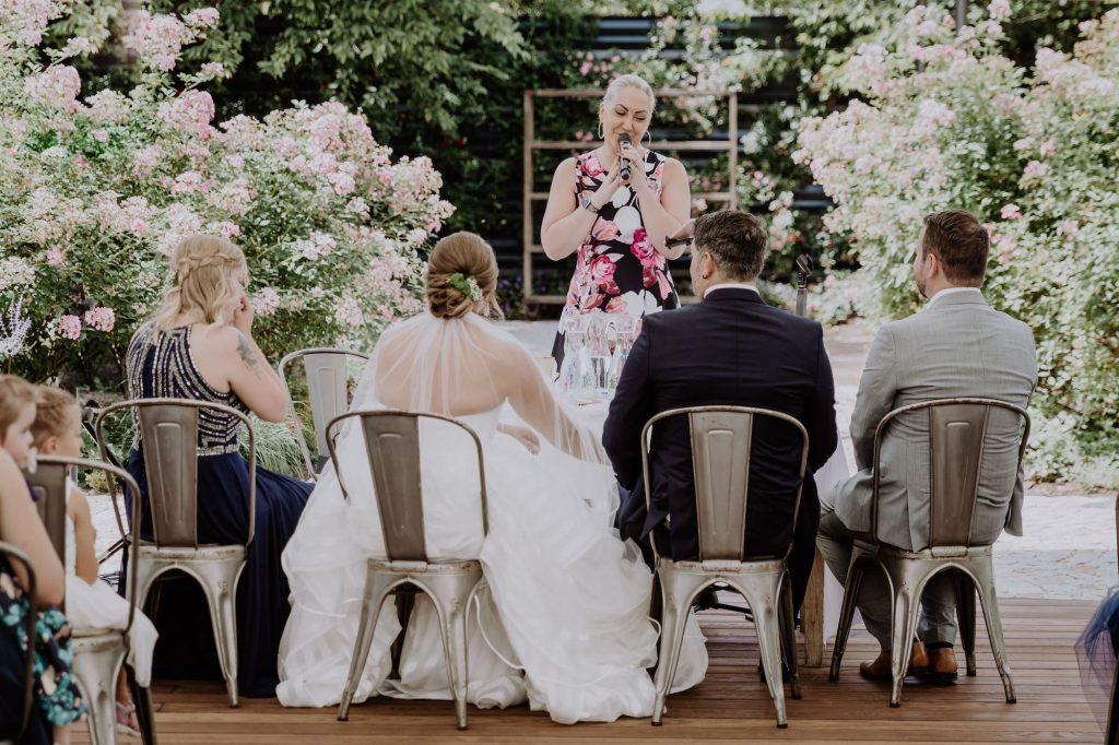 Hochzeitsrednerin Miriam Schüller während einer Traurede