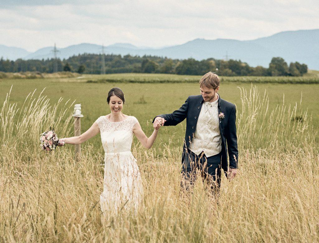 Hochzeitspaar im Sommer auf dem Feld