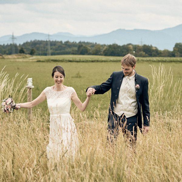 Brautpaar im Sommer auf dem Feld