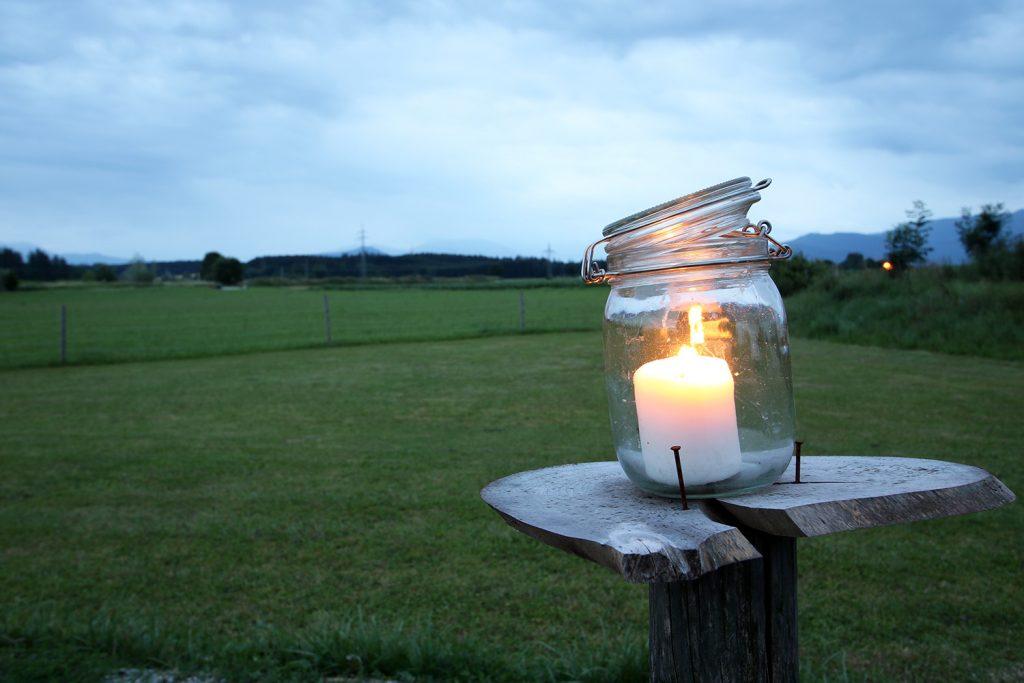 Windlicht als Deko für die Sommerhochzeit
