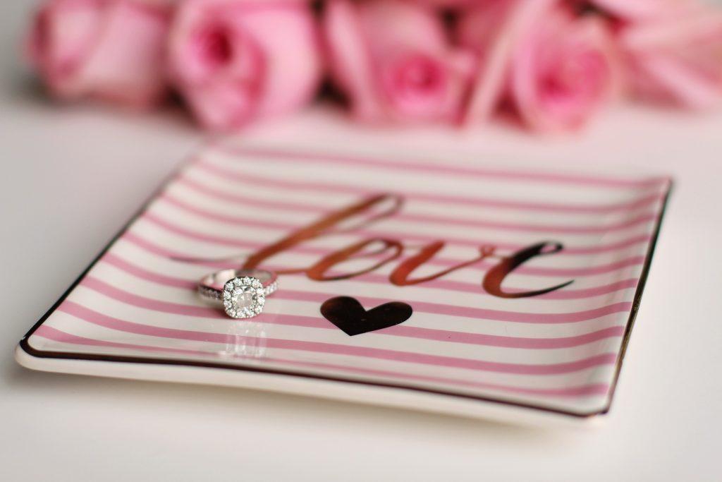 Verlobungsring auf einem Porzellanteller