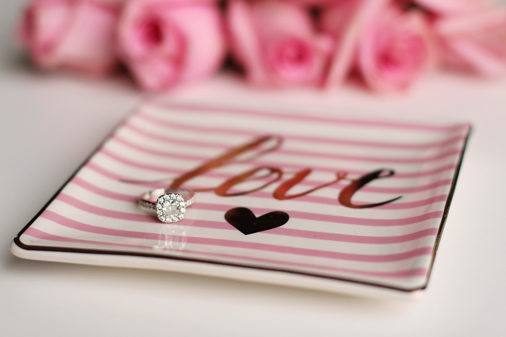 Verlobungsring auf einem Porzellantablett