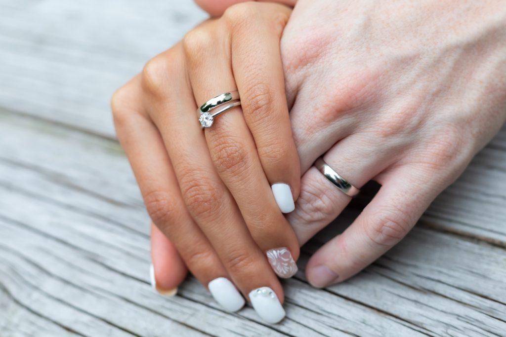 Verlobungsring und Ehering am gleichen Finger getragen