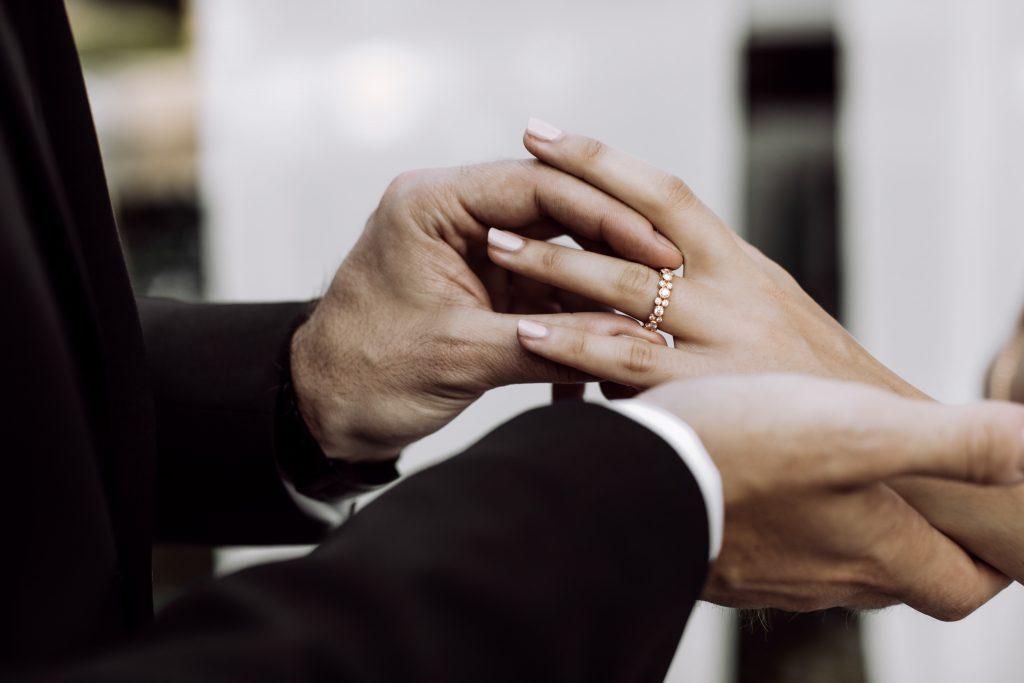Zukünftiges Brautpaar beim Anstecken des Verlobungsrings