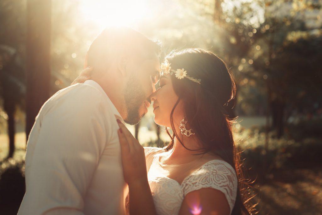 Brautpaar bei ihrer Sommerhochzeit