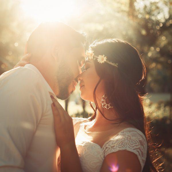 Glückliches Brautpaar bei Sommerhochzeit mit tropischer Hitze