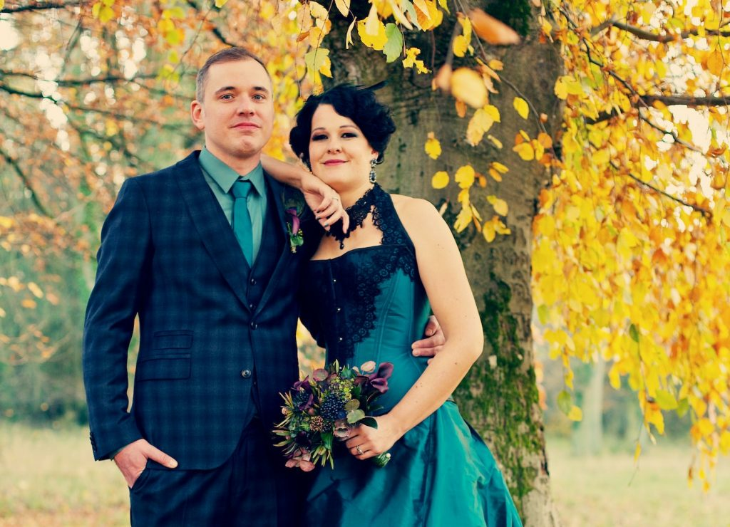 Brautpaar im abgestimmten Blaugrün-Design