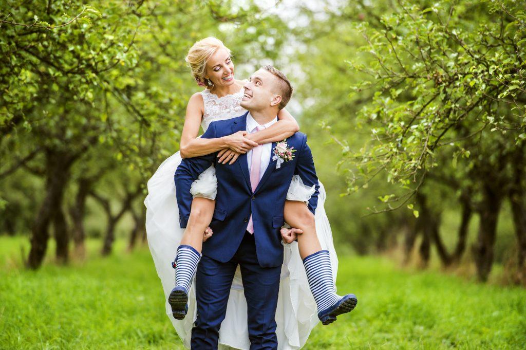 Brautpaar im Wald mit Gummistiefeln