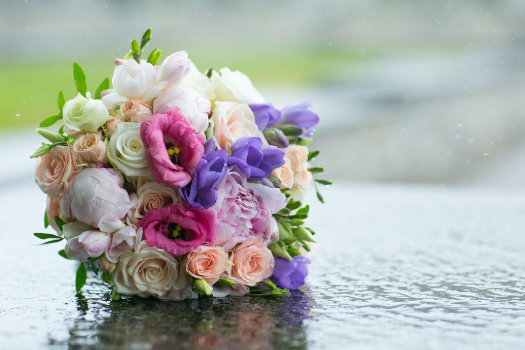Brautstrauß im Regen