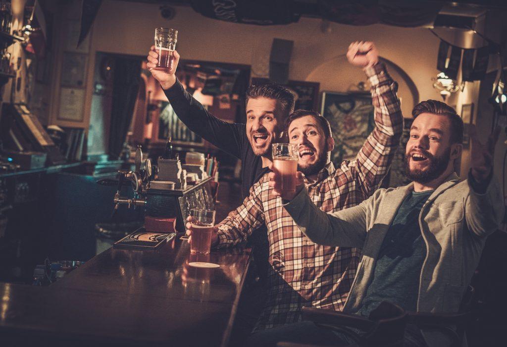 Männerabend im Pub als JGA-Feier für den Bräutigam