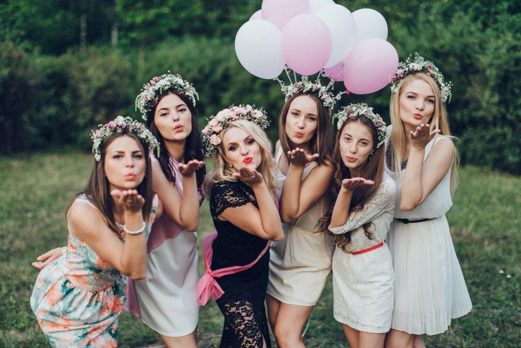 Gartenparty als JGA-Feier für die Braut mit Luftballons